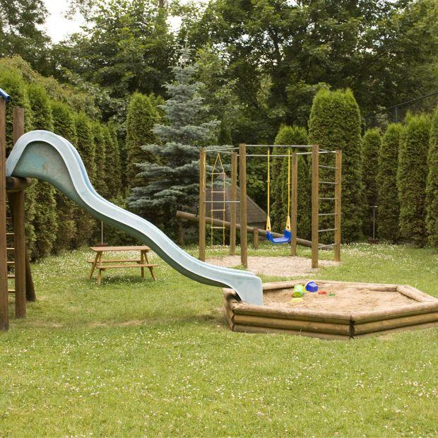 Plac zabaw w ogrodzie: jak o niego dbać?
