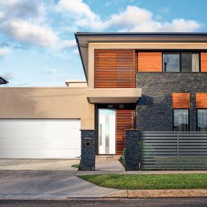 Bramy garażowe są jedną z wizytówek każdego domu. Dlatego oprócz walorów technicznych powinny spełniać kryteria wizualne. Fot. Wiśniowski