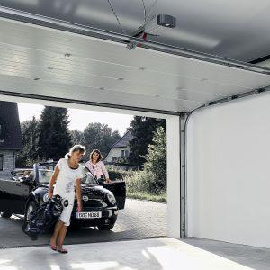 Automatyczne sterowanie bramą wjazdową i garażowa to przede wszystkim komfort. Obsługa za pomocą pilota jest bardzo wygodna i znacznie przyspiesza wjazd i wyjazd samochodu z garażu. Fot. Hörmann