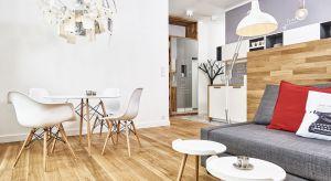 Oświetlenie w salonie jest dopełnieniem całej aranżacji wnętrza. Poza swoją podstawową funkcją doświetlenia pomieszczenia może być też wyjątkową dekoracją.