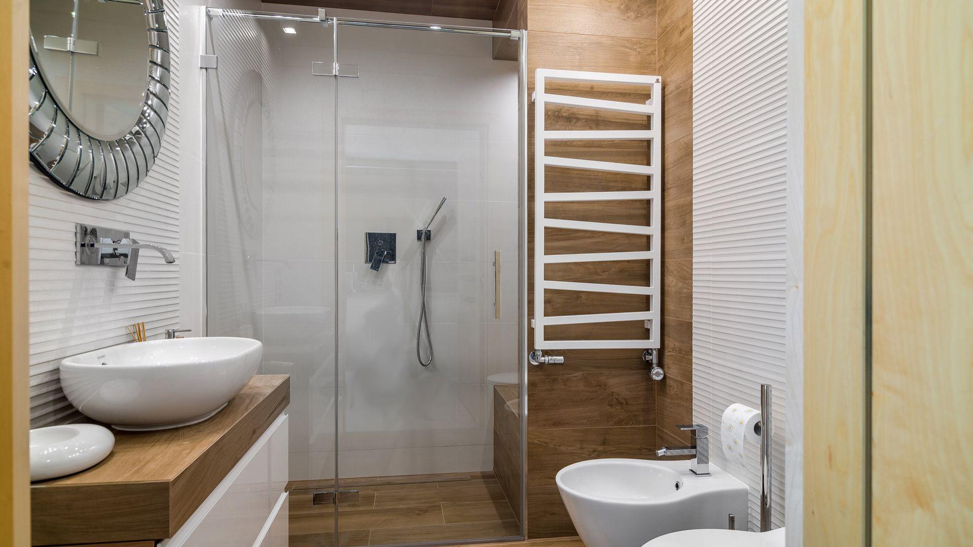 Zaplanowana na parterze łazienka, jest niewielka, dlatego na suficie umieszczone zostało lustro. Źródło: Dekorian Home. Projekt: Marta Sergiej. Fot. Wojciech Dziadosz
