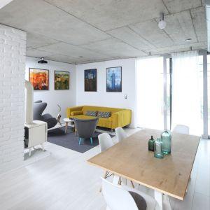 Salon z kuchnią i jadalnią. Projekt: Małgorzata Przybyła, Dawid Czyż. Fot. Bartosz Jarosz