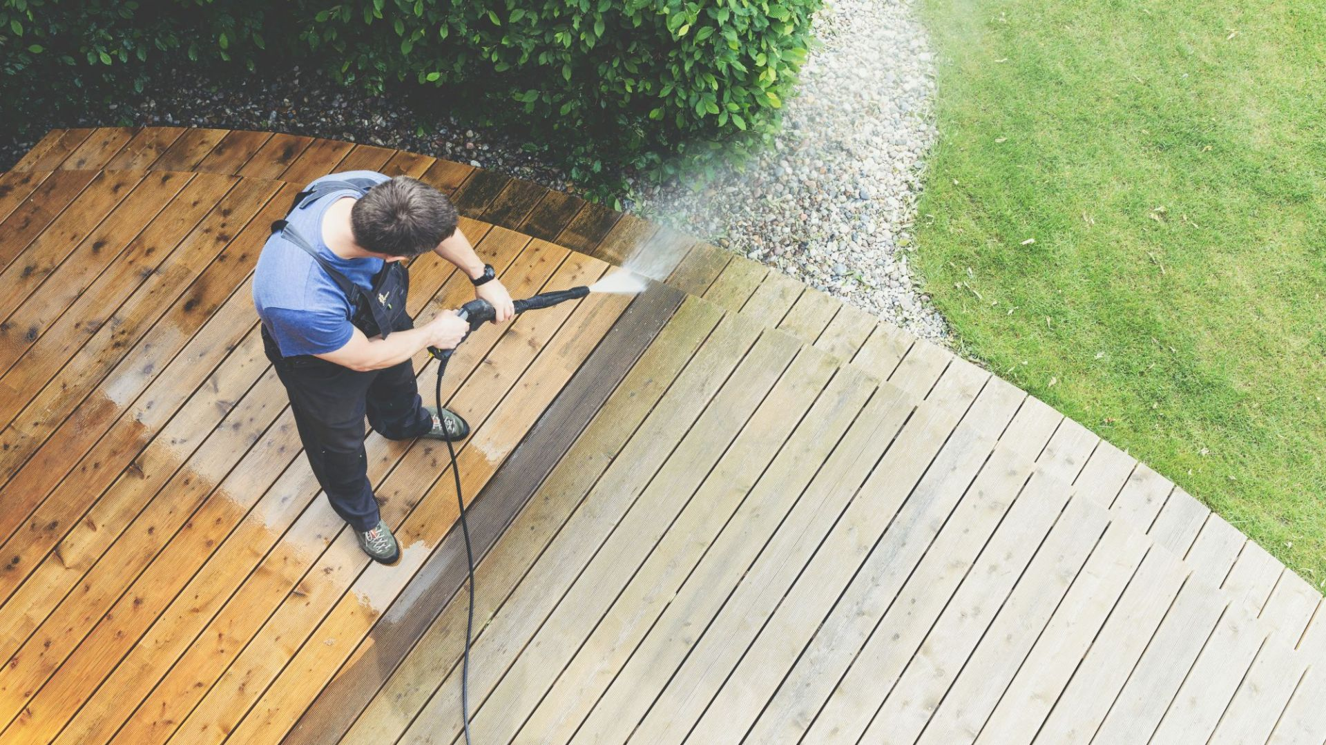 Porządki w ogrodzie - czyszczenie i konserwacja tarasu. Fot. Krysiak