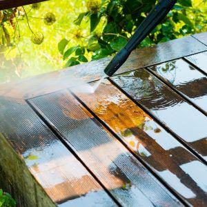 Porządki w ogrodzie - mycie i konserwacja tarasu. Fot. Krysiak