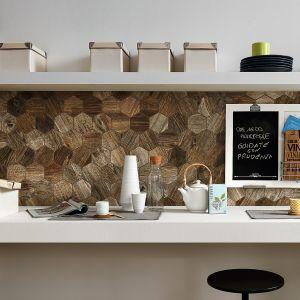 Mozaika ścienna Time Design, która przypomina kolaż kolorystyczny. Płytki mają wzór drewna w różnych kolorach, od szarości do brązu dzięki czemu ściana nad blatem zyskuje nietuzinkowy wygląd. Fot. Novabell