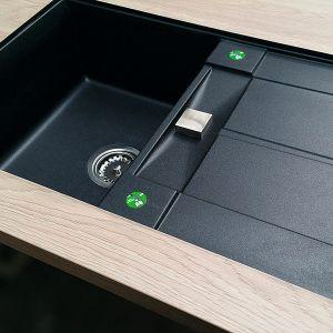 Sink MF – to rozwiązanie umożliwiające montaże zlewozmywaka podwieszanego w blacie laminowanym. Gwarantuje idealne krawędzie oraz trwałe i odporne na wilgoć połączenia. Fot. Manufaktura Łomża
