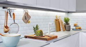 Współczesna strefa zmywania to przestrzeń o równie reprezentacyjnym charakterze co cała kuchnia. Warto więc zadbać jej stronę praktyczną, jak i wizualną.