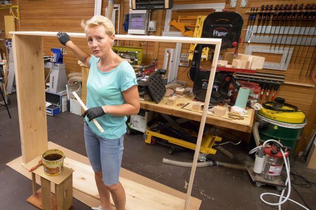 Drewniana szafa na narzędzia w ogrodzie - jak ją pomalować