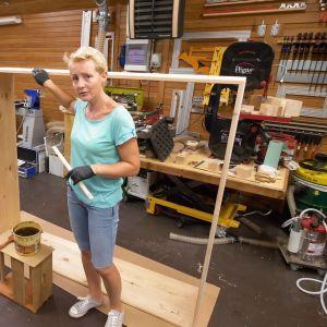 Drewniana szafa na narzędzia ogrodowe. Fot. Bondex