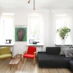 Zasłony i rolety w salonie - doskonały sposób na dekorację okna. Projekt: Ewelina Pik, Maria Biegańska. Fot. Bartosz Jarosz