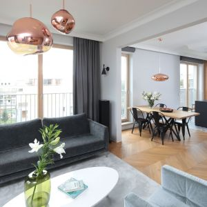 Zasłony i rolety w salonie - doskonały sposób na dekorację okna. Projekt: Katarzyna Mikulska-Sękalska. Fot. Bartosz Jarosz