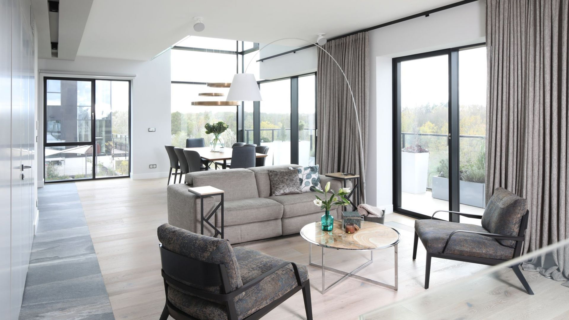 Zasłony i rolety w salonie - doskonały sposób na dekorację okna. Projekt: Magdalena Lehmann. Fot. Bartosz Jarosz