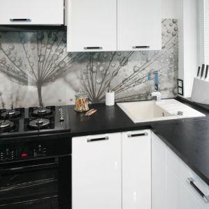 Ściana nad blatem w kuchni. Projekt: Marta Kilan. Fot. Bartosz Jarosz
