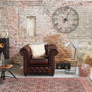 Jesienne stylizacje doskonale pasują do męskich wnętrz. Uzupełnieniem eleganckich mebli, jak np. kultowy fotel Chesterfield, będą klasyczne, tweedowe poduszki oraz karafka i szklanki z solidnego, rzeźbionego szkła. Fot. Westwing