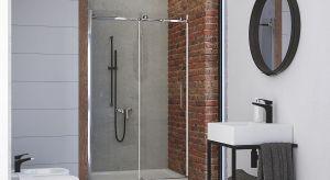 Rosnąca popularność aranżacji w stylu industrialnym oraz minimalistycznym widoczna jest także w łazienkach. Jeśli nawet nie w całej swojej surowej okazałości, to przynajmniej w postaci czarnych elementów: armatury i mebli.