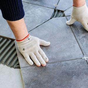 Układanie płytek na balkonie krok po kroku. Fot. Lange Łukaszuk