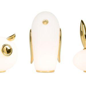 Seria niewielkich stołowych lampek w kształcie sowy, królika i pingwina wygląda bajkowo. Fot. Moooi