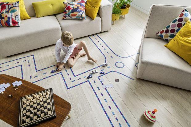Panele podłogowe stanowią atrakcyjną alternatywę dla podłogi drewnianej. Zachowują jej zalety (bezpretensjonalny wygląd, ciepło w dotyku), minimalizując jednocześnie wszelkie wady tego naturalnego materiału.