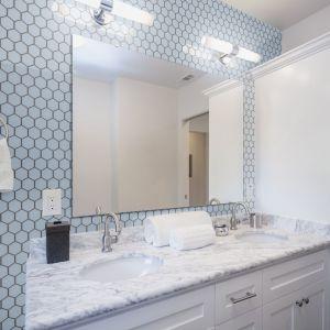 Dekoracyjna, artystyczna forma, wykonana z niewielkich elementów, jest popularnym nurtem w aranżacji łazienki. Fot. Fotolia