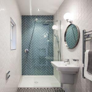 Urocza biało-turkusowa łazienka powiększona dzięki położeniu na ścianach płytki heksagon biały. Fot. Raw Decor