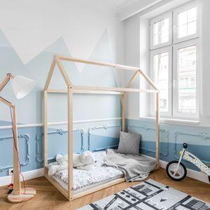 Delikatne sztukaterie sprawdzą się również w dziecięcym pokoju. Projekt: Anna Maria Sokołowska. Fot. Fotomohito