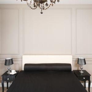 W tej sypialni ściany zdobi wzorzysta tapeta oraz eleganckie sztukaterie w ciepłej, beżowej tonacji. Projekt: Katarzyna Mikulska-Sękalska. Fot. Bartosz Jarosz