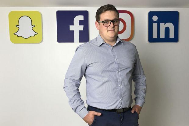 Jakie kanały pozwolą najlepiej wykreować markę projektanta wnętrz? Co i jak robić, a czego lepiej unikać? Na co warto zwrócić uwagę działając w social mediach, a także ile czasu i pieniędzy zainwestować – odpowiedzi na te i inne pytania p