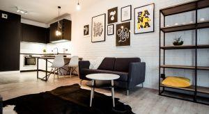 Kuchnia otwarta na salon to bardzo popularne rozwiązanie. Szczególnie dobrze sprawdza się na małych metrażach.