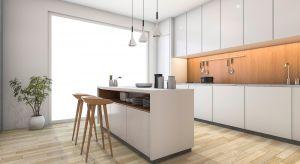 Szukasz pomysłu na nowoczesną kuchnię? Poznaj zalety laminatu szklanego - efektownego i innowacyjnego materiału, który dystansuje szkło, a nawet płytki w naszych kuchniach.