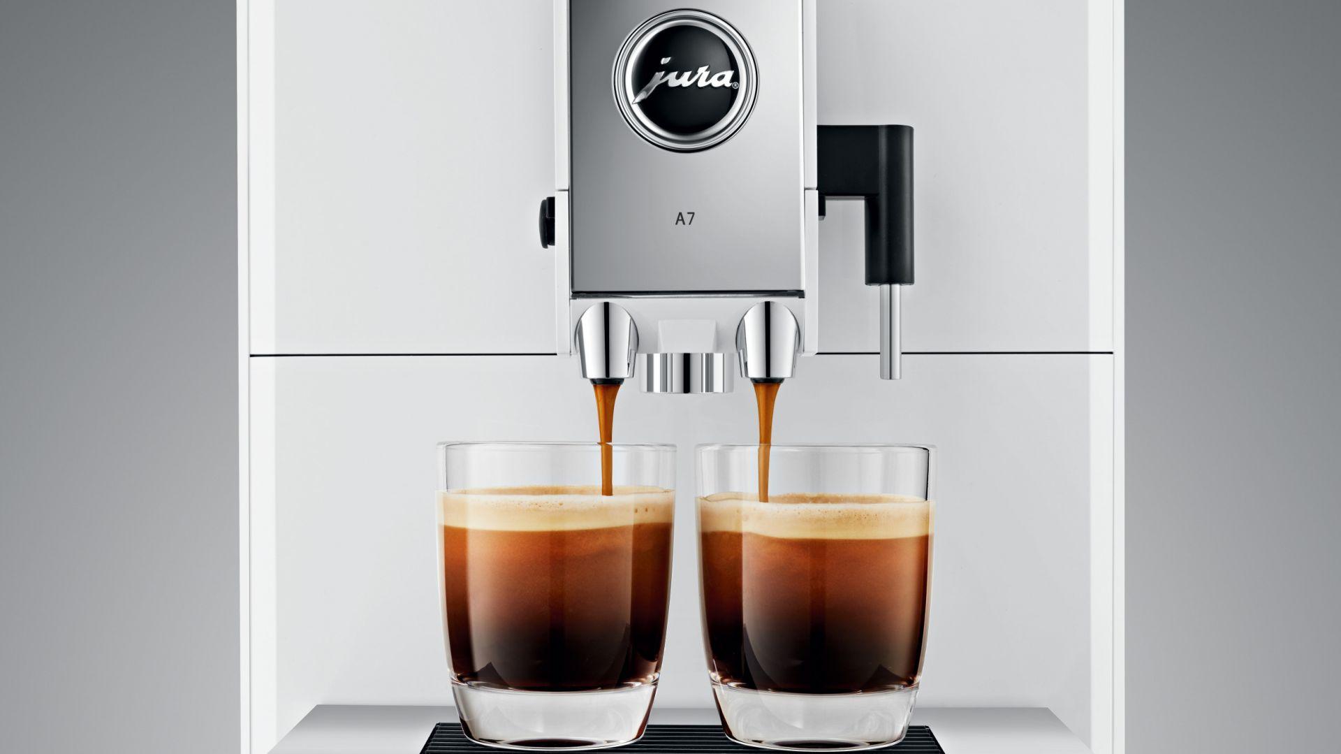 Fanom kompaktu przypadnie do gustu model JURA A7, który za naciśnięciem jednego przycisku przygotuje bajkowe cappuccino i modne latte macchiato, ale też klasyczne espresso i kawę.