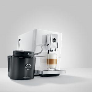 Fanom kompaktu przypadnie do gustu model JURA A7, który za naciśnięciem jednego przycisku przygotuje bajkowe cappuccino i modne latte macchiato, ale też klasyczne espresso i kawę. Fot. JURA