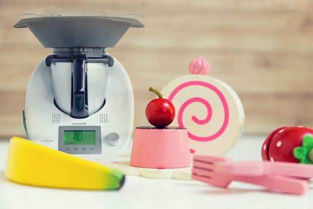 Zabawkowa wersja wielofunkcyjnego urządzenia kuchennego pozwala dzieciom przyrządzić wspólnie z rodzicami proste desery, koktajle czy muffiny.