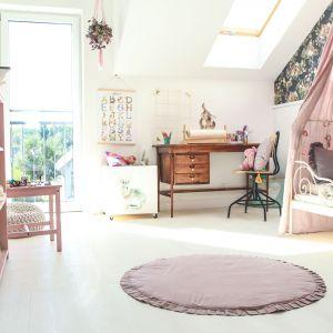 """Przytulny pokój na poddaszu ma styl przez duże """"S"""". Przebywając od najmłodszych lat w ładnym miejscu, młoda lokatorka ma szansę ukształtować swój gust i dobry smak. Fot. Quick-Step"""