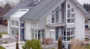 Rolety okienne dzięki stosowaniu nowoczesnych rozwiązań i funkcjonalnej estetyce stanowią skuteczną ochronę przed hałasem i są zabezpieczeniem przed włamywaczami. Rolety mogą nadać charakter fasadzie lub być stylowym uzupełnieniem aranżacji.