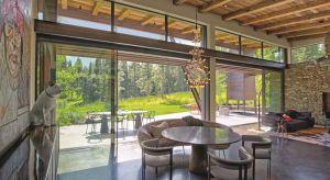 Edwin Ugorowski z Designer Partnership zaprojektował wiele podobnych domów w okolicy miasta Bozeman w Montanie. Ten projekt naszkicował, gdy w trakcie jednej ze swoich wypraw narciarskich w kanionie Bridger zaczęli z przyszłym wykonawcą podziwiać w
