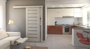 Im mniejsze mieszkanie, tym cenniejsza przestrzeń. Wybierając drzwi do niewielkich pomieszczeńpowinniśmy zadbać o to, by odpowiednio zagospodarować przestrzeń oraz nie przeładować wnętrza.