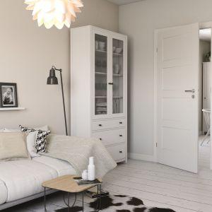 W małych wnętrzach sprawdzą się białe drzwi ozdobione klasycznym wzorem. Fot. Porta Drzwi