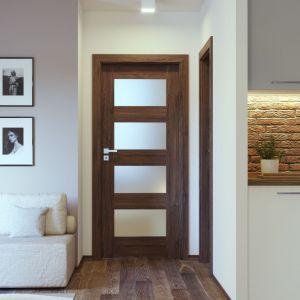 Na niewielkich przestrzeniach, np. ciasnych korytarzach, odpowiednie doświetlenie może zdziałać cuda. Warto więc postawić na drzwi z przeszkleniami. Fot. Porta Drzwi