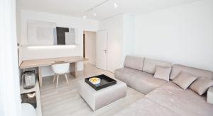 Pracującym w trybie home office inwestorom zależało na wypracowaniu przestrzeni,która będzie stanowiła nienachalne tło dla ich codziennego życia. Wnętrza miałypomagać w skupieniu podczas wykonywania zawodowych obowiązków, wyciszać i nast