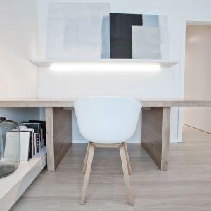 """Kolor biały jest neutralny w odbiorze. Stanowi """"ciche"""" tło, przez co pozwala na dostrzeganie w przestrzeni najważniejszych, założonych w projekcie elementów kompozycji. Projekt: Pracownia INTO. Fot. Fotobueno"""