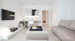 Właściciele mieszkania pracują w trybie home office. Zależało imna wypracowaniu przestrzeni,która będziepomagać w skupieniu podczas wykonywania zawodowych obowiązków, wyciszać i nastrajać dobrą energią.