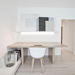Zastosowana w projekcie biel nadaje wnętrzom lekkości, a jednocześnie powiększa optycznie przestrzeń. Projekt: Pracownia INTO. Fot. Fotobueno