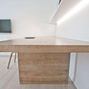 Wprowadzenie drewna było zabiegiem, mającym na celu ocieplenie bieli i uzyskanie wrażenia zbilansowanej równowagi kolorystycznej. Projekt: Pracownia INTO. Fot. Fotobueno