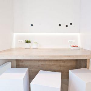 W kuchni nad blatem roboczym zzastosowano dodatkowo oświetlenie zadaniowe, umożliwiające dobre doświetlenie dostosowane do wykonywanych czynności. Projekt: Pracownia INTO. Fot. Fotobueno