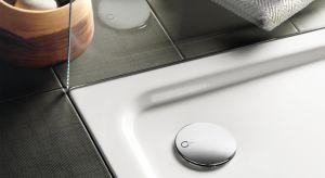W nowoczesnych łazienkach standardem staje się płytki brodzik, wystający jak najmniej ponad powierzchnię posadzki. Jednocześnie obserwujemy modę na duże deszczownice, zapewniające relaksującą kąpiel.