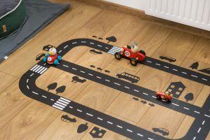 Ta świetna naklejka tor to strzał w dziesiątkę! Dziecko samo potrafi się bawić autkami, choć niejednokrotnie wyścigi z tatą mile widziane.