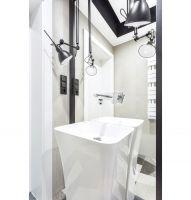 Obie znajdujące się w domu łazienki utrzymane są w szaro-białej tonacji wzbogaconej czarnymi dodatkami. Projekt: Katarzyna Maciejewska. Fot. Anna Laskowska, Dekorialove