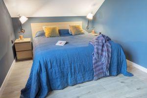 Ulubionym kolorem właścicieli jest niebieski. Nie mogło go więc zabraknąć w ich sypialni. Projekt: Katarzyna Maciejewska. Fot. Anna Laskowska, Dekorialove