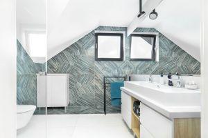 W łazience gospodarzy wzrok przyciągają płytki o intrygującym wzorze. Projekt: Katarzyna Maciejewska. Fot. Anna Laskowska, Dekorialove
