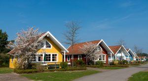 Mimo, że okres letnich podróży już za nami, inspiracje z wyjazdów możemy wykorzystać na fasadzie własnego domu, tym bardziej, że gama dostępnych rozwiązań jest bardzo szeroka. Jak zatem przenieść barwy wakacji na domową elewację?